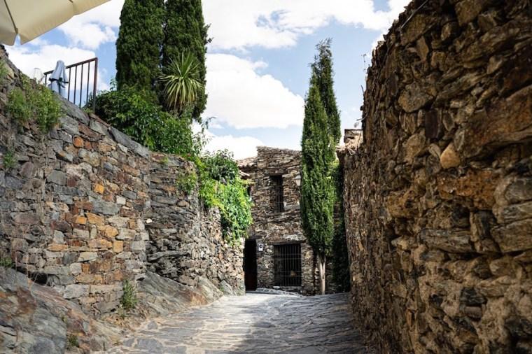 Calles empedradas y casas de pizarra de Patones de Arriba