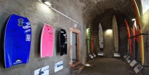 Exposición de tablas de surf en el interior de la fortaleza de San Miguel Arcángel de Nazaré