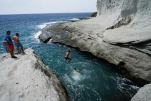 Saltando al agua desde la duna fósil en Cala de Enmedio, Cabo de Gata