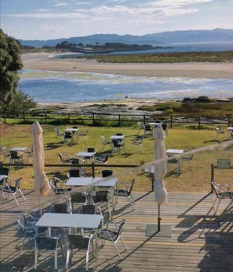 La terraza del bar del camping de las Cíes, con la playa de Rodas al fondo