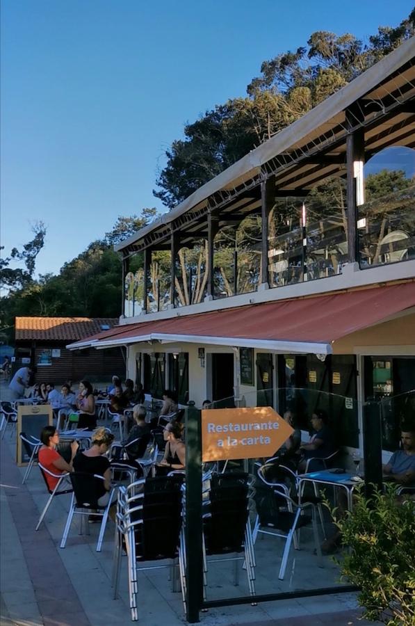 Bar (inferior) y restaurante (superior) en el camping de las islas Cíes