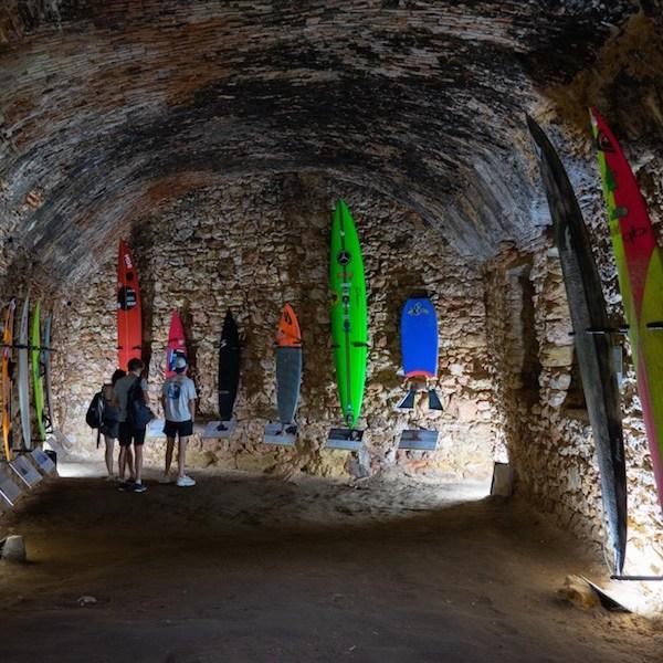 Exposición de tablas de surf en el interior del Fuerte, Nazaré
