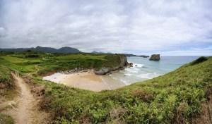 Playa del Portillu vista desde la senda costera de Celorio a Llanes, Asturias