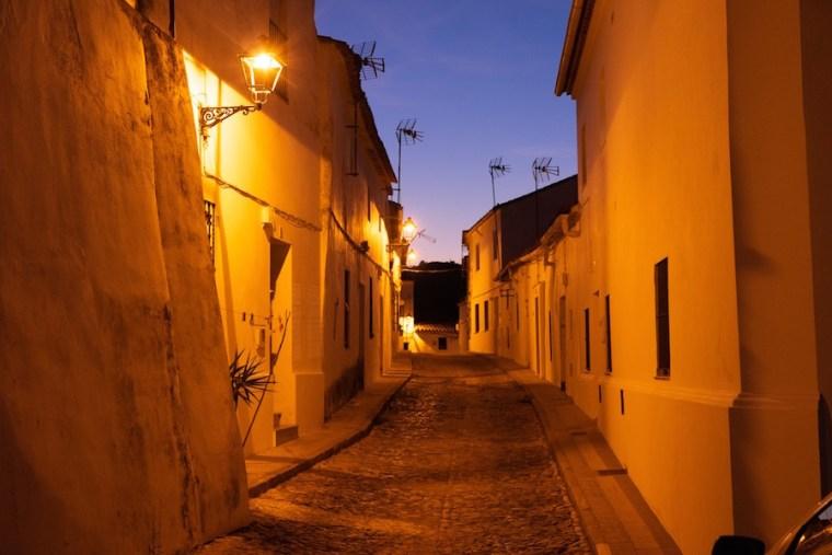 Las blancas calles de Aracena por la noche