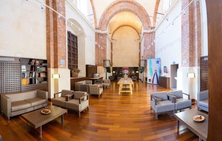 Iglesia reconvertida en librería - recepción del Hotel Convento Aracena, Huelva
