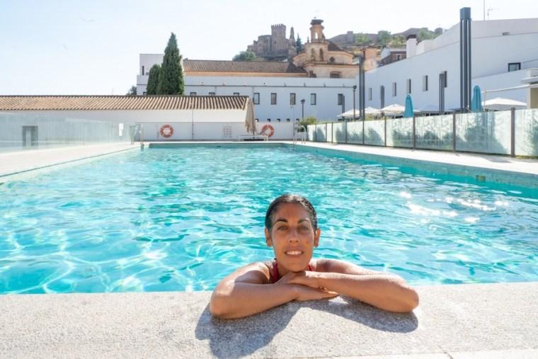 Piscina del Hotel Convento Aracena, a la vista del Castillo
