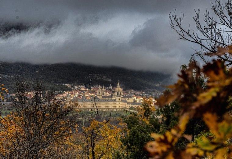 Vistas del Monasterio de San Lorenzo de El Escorial en el camino de ascenso a la Silla de Felipe II