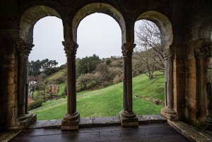 Balcón en el lado occidental de Santa María del Naranco