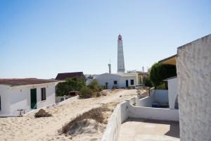 Calles de arena y casas bajas en la isla Culatra, Ría Formosa