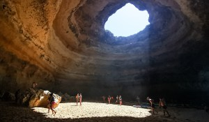 Interior de la cueva de Benagil en el Algarve