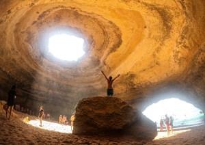 Interior del algar de Benagil, en el Algarve