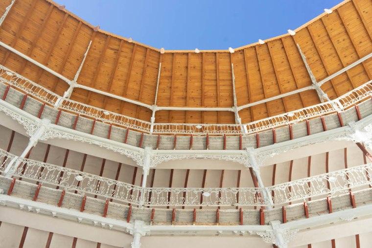 Cubierta de madera reconstruida en el frontón Beti Jai, Madrid