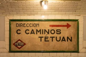 Cartel de información en el interior de la estación de Metro Madrid de Chamberí