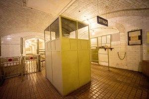 Entrada a la estación de Metro Madrid de Chamberí, con las taquillas de venta