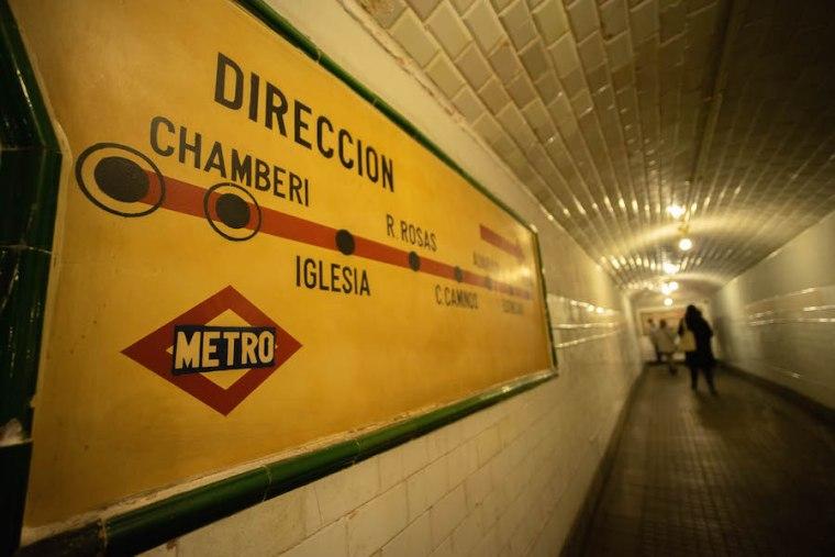Cartel informativa de las paradas de la línea 1 de Metro Madrid en la estación de Chamberí