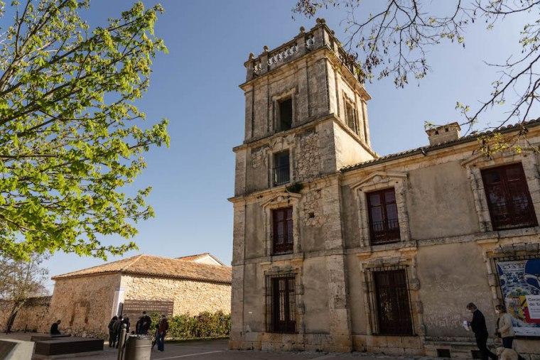 Parte de la fachada del Palacio de Goyeneche y edificio del Centro de Visitantes de Nuevo Baztán
