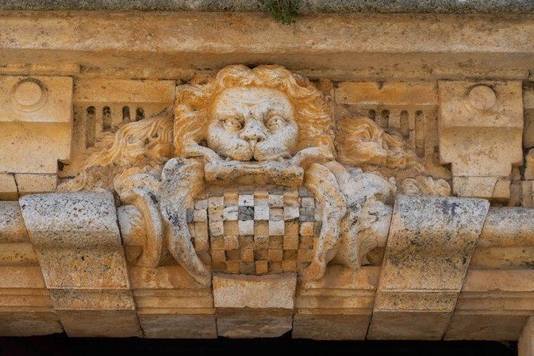 Detalle del escudo de Goyeneche en la fachada de su Palacio, en Nuevo Baztán