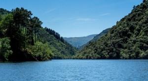 Paseo en catamarían por el río Sil, en la Ribeira Sacra