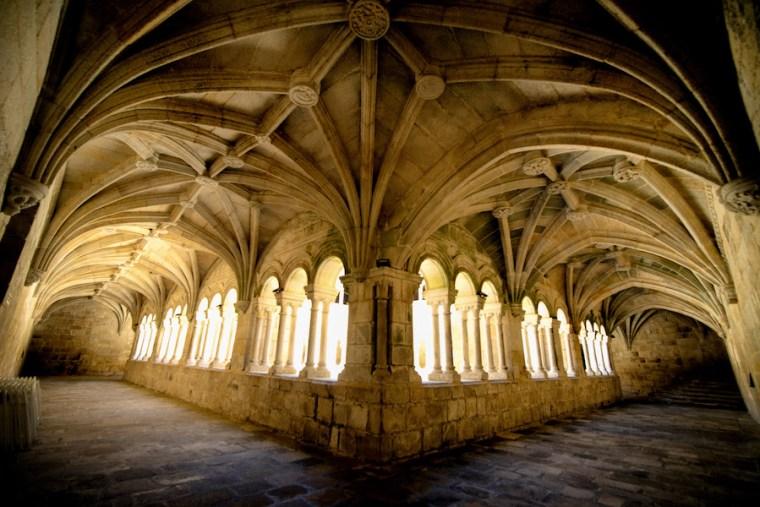 Claustro dos Bispos, el más antiguo del Monasterio de Santo Estevo de Ribas de Sil, en Ribeira Sacra, Ourense