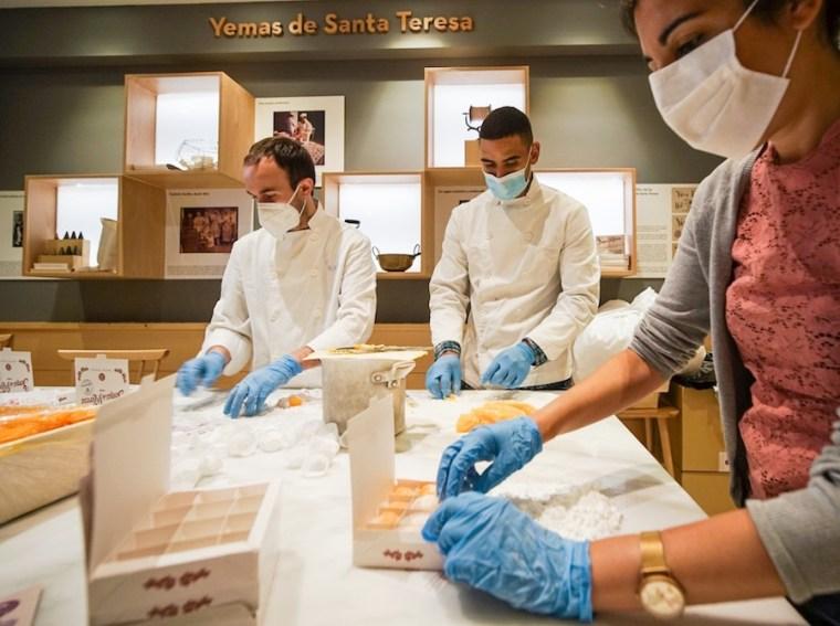 Aprendiendo a hacer yemas de Santa Teresa en La Flor de Castilla, Ávila