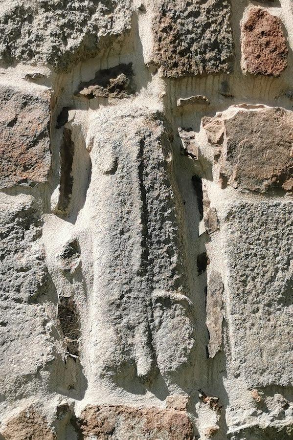 Piedra de un verraco vetón reutilizada en la muralla de Ávila