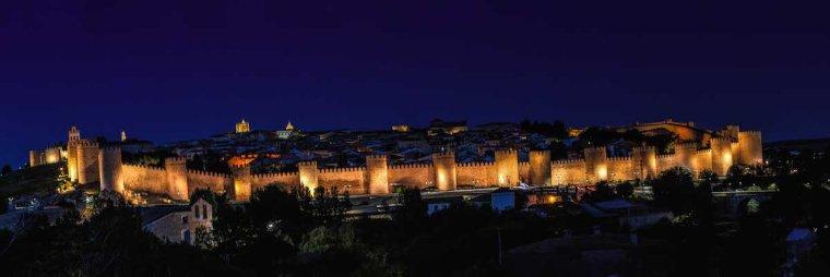 Muralla de Ávila iluminada de noche, desde el Mirador Cuatro Postes