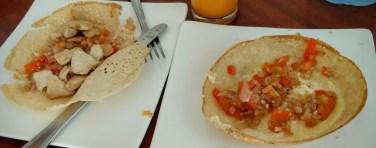 Los hoopers son tortitas finísimas con forma de bol (harina de arroz + leche de coco + ponche de palma) y con distintos rellenos (huevo, pollo, cebolla...). Típicos en el desayuno cingalés