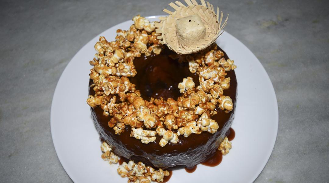 como-fazer-bolo-junino-com-pipoca-caramelada-vaimenina