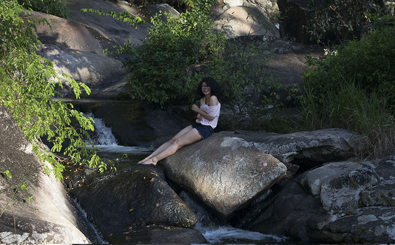 fim-de-semana-em-ilhabela-cachoeira-vai-menina