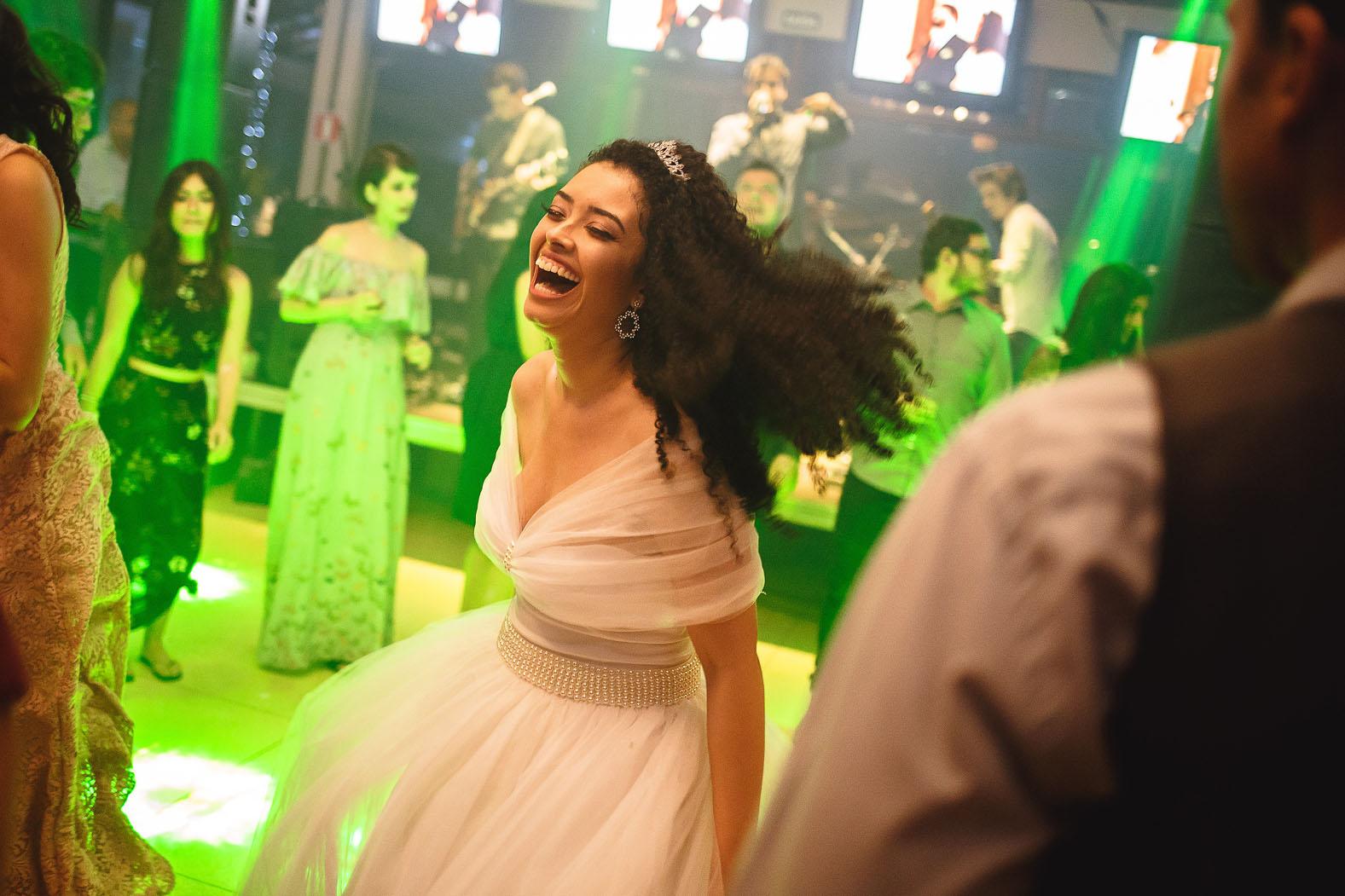 noiva cacheada cabelo solto dançando na festa