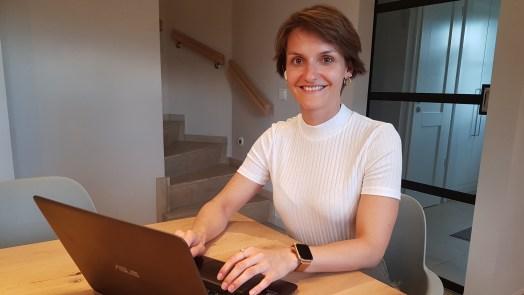 Unsere CFO Saskia te Marveld präsentiert Vaira im Home-Office beim Female Founder Pitch aus der Unicorn-Reihe.