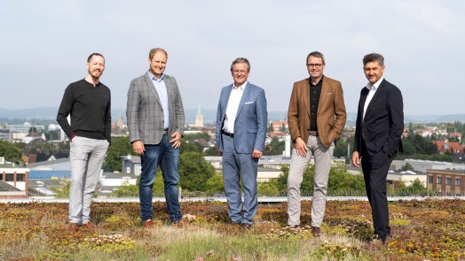 Gruppenfoto der im Artikel erwähnten Personen. Maximilian Erdmann (Gründer & Geschäftsführer Vaira), Florian Röhrs (BREMER AG), Bürgermeister Michael Dreier, Michael Dufhues (Vorstand BREMER AG) und Frank Wolters (Geschäftsführer der Wirtschaftsförderung Paderborn).