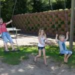 Kinderen op de schommels