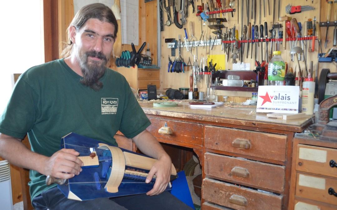 Alain Perraudin, dernier luthier de vielle en Suisse, accède à la Mecque de sa profession