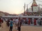 Die Stupa wird strikt im Uhrzeigersinn umrundet, so der Brauch...