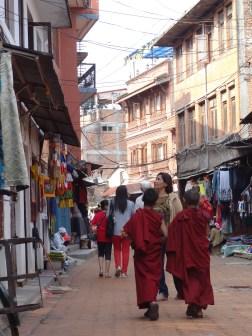 Zwei Kindermoenche im Boudhanath-Viertel, Kathmandu