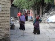 Zwei buddhistische Frauen nach dem Abendgebet in Kagbeni (Grenze zum oberen Mustang)