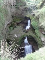 Ein kleiner Wasserfall bei Pokhara, wo das Wasser fuer ein paar Kilometer im Untergrund verschwindet