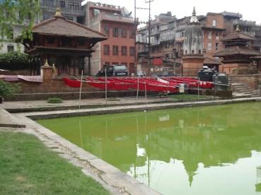 Kleidertrocknung bei einem Badebecken, Bhaktapur