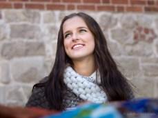 Meitene Madara no Jēkabpils ar neticamas krāsas acīm. Viņa piedāvāja tekstilmākslinieces Laimas Jakovļevas produkciju.
