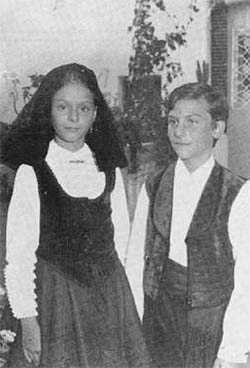 Jovenes con el traje de las fiestas de época.