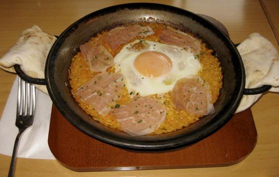 Paella con huevo.