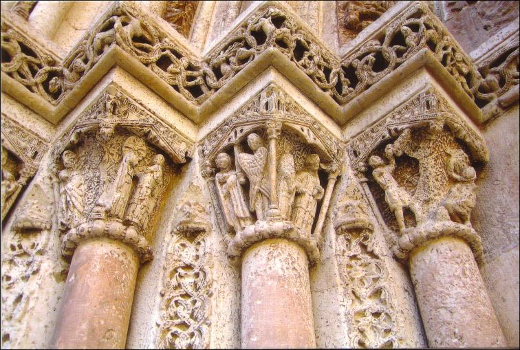 Parte de los capiteles del lado izquierdo. Fuente:  Jdiezarnal.com