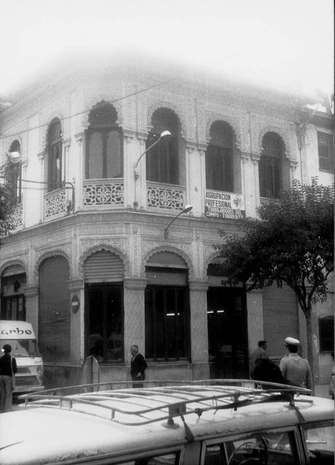 Fotografía del edificio donde estuvo Alhambra y donde estaba Casa Tudela y Ca Peña, además del local de ensayo de La Unión Musical de Torrente. Años 60.