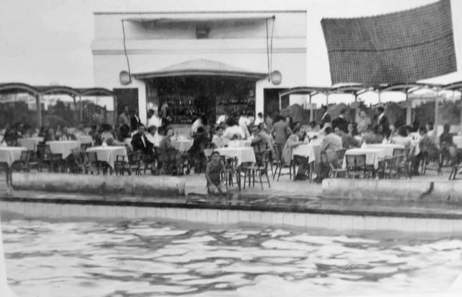 """Piscina """"Las Delicias"""". Año de la fotografía 1949. Décadas después pasaría a ser Sala Bony."""
