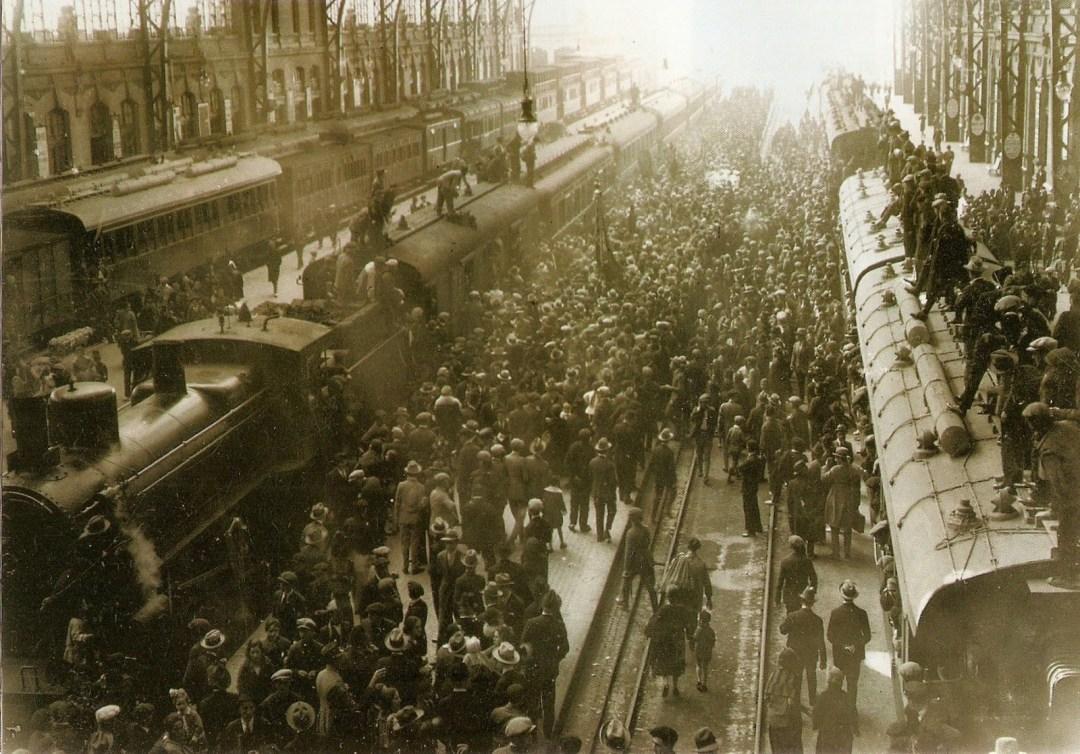 Foto de 1927 en la Estación del Norte con la llegada del primer tren fallero.