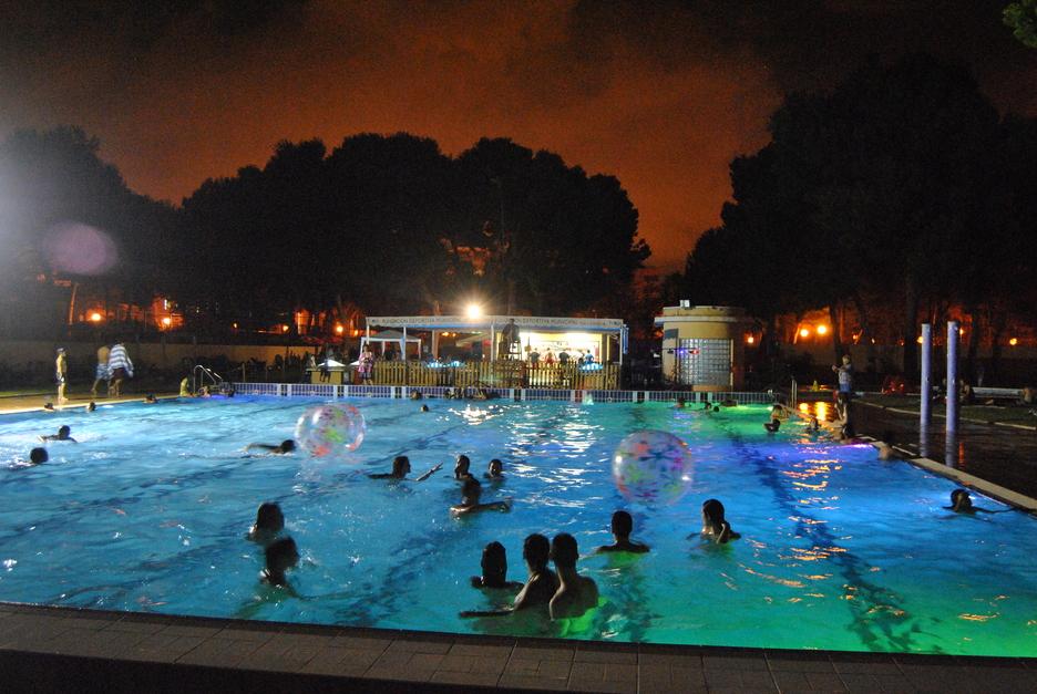 Piscinas nocturnas en valencia piscina del parque del for Piscina climatizada valencia