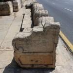 Abandono y actos vandálicos en el banco de los magistrados de la Junta de Murs i Valls