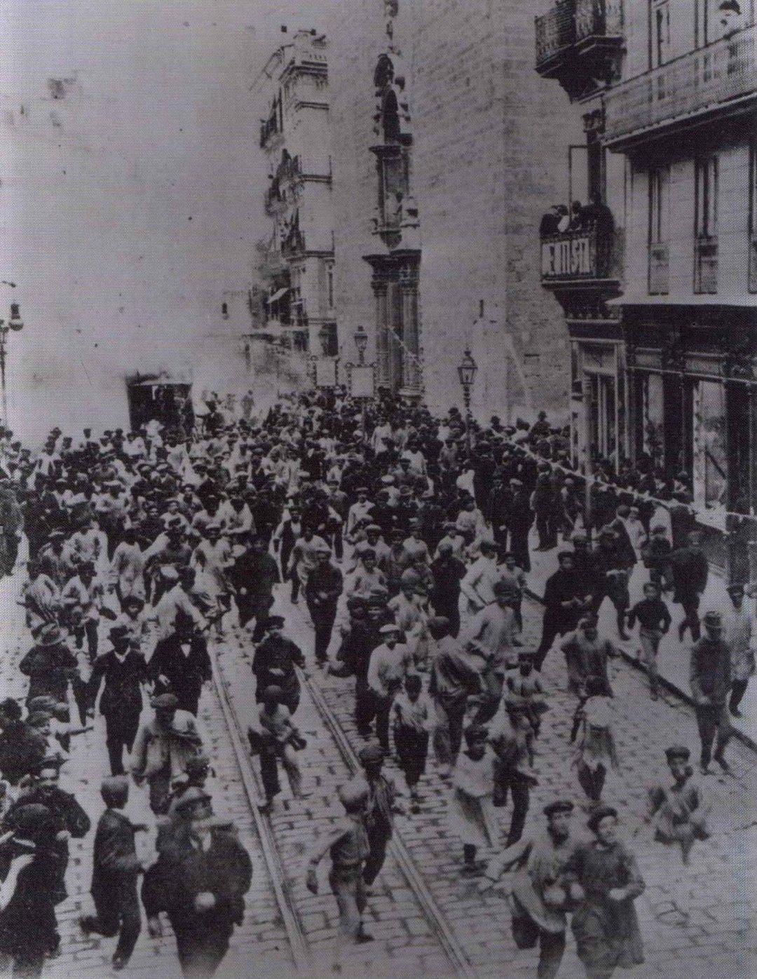 Mascletà de Trams de Trons en la calle San Vicente Mártir de #Valencia.