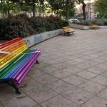 El ayuntamiento de Valencia pinta 16 bancos por el Día Internacional contra la LGBTFobia